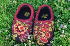 Handmade homeslippers decorated with traditional Russian ornament Khokhloma. They are very smart and comfortable to wear. Slipperss sole is sewed