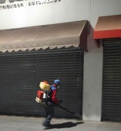 <p>Chihuahua, Chih.- Como parte de las acciones permanentes del Gobierno Municipal para mantener los espacios públicos, calles y avenidas en condiciones