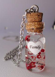 Collier : bouteille/fiole en verre, grains (au moins 3) de riz avec nom marqué dessus, cœur papier, perles en verre, gel transparent