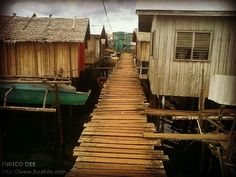 badjao village Filipino Architecture, Philippine Architecture, Zen, Bamboo House, City Scene, Recycling Bins, Old Buildings, Philippines, Tropical