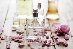 La vainilla es conocida por su exquisito aroma y se suele utilizar tanto en repostería, como también con fines medicinales. Si lo que queremos es beneficiarnos de sus propiedades y también de su perfume, hoy te quiero enseñar a preparar una fragancia de vainilla.Beneficios del perfume de vainillaEl aroma tan partic