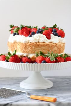 - Angel Food Cake with Grand Marnier Whipped Cream Like angel food cake? Then you& going to love this angel food cake with Grand Marnier whipped cream! Just Desserts, Delicious Desserts, Types Of Sponge Cake, Memorial Day Foods, Berry Cake, Angel Cake, Love Cake, Let Them Eat Cake, Yummy Cakes