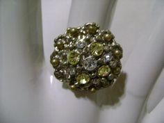 Lindo anel regulável de metal na cor prata, com strass Swarovski. R$25,00