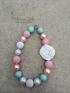 He encontrado este interesante anuncio de Etsy en https://www.etsy.com/es/listing/238455111/whimsie-girls-pink-mint-chunky-necklace