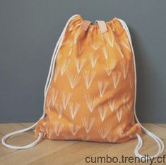 Etsy Journal : DIY - Mo* moselle shows us how to make a drawstring gym bag Diy Bags Purses, Diy Purse, Sewing Tutorials, Sewing Projects, Sewing Patterns, Couture Sewing, Love Sewing, Diy Clothing, Diy Tutorial