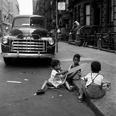 Vivien Maier.  Children making their own fun