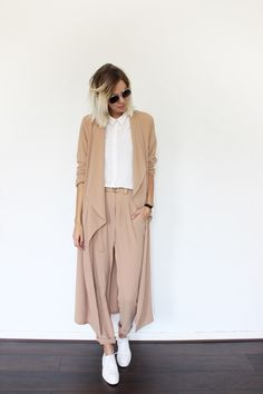 style en mi opinion: What to wear now: Wide pants and sneakers Nude Outfits, Classy Outfits, Cool Outfits, Casual Outfits, Normcore, Look Fashion, Womens Fashion, Fashion Trends, Fashion Coat