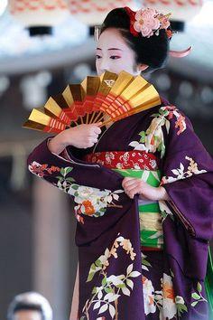 Yukata, Japanese Outfits, Japanese Fashion, Japanese Culture, Japanese Art, Japanese Gardens, Kimono Chino, Silk Kimono, Geisha Japan
