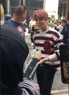 "eve no Twitter: ""e essa garota tentando dar dinheiro pro jaehyun… "" . Nct Taeyong, Jaehyun Nct, Nct Johnny, Nct Life, Jung Yoon, Most Beautiful People, Valentines For Boys, Jung Jaehyun, Flower Boys"
