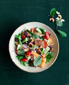 Paleoruokavalion oppien mukaan rakennettu salaatti täyttää vatsan kevyesti.