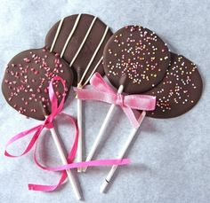 Are you looking for a cheap and easy treat for the holidays? These Homemade Lollipops will do the trick! Homemade lollipops are Paletas Chocolate, Chocolate Lollies, Chocolate Bouquet, Chocolate Bark, Chocolate Gifts, Homemade Chocolate, Chocolate Lovers, Melting Chocolate, Chocolate Recipes