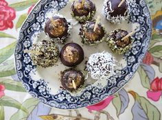 These wholesome little Christmas Cake truffles have a fruity fudge filling with hints of lemon zest and warming spices. Dipped in pure dark chocola. Top Recipes, Sweet Recipes, Real Food Recipes, Baking Recipes, Raw Desserts, Dessert Recipes, Petite Kitchen, Christmas Treats, Christmas Baking