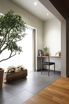 窓辺はタイル張りとし室内なのに外のような場所をつくりました。小さなカウンターを設けて書斎としても利用できます。 専門家:鹿内 健が手掛けた、サンルーム(碑文谷・時層の家)の詳細ページ。新築戸建、リフォーム、リノベーションの事例多数、SUVACO(スバコ) Apartment Balcony Decorating, Apartment Balconies, Kitchens And Bedrooms, Eclectic Living Room, Studio Room, Japanese House, Contemporary Bathrooms, Room Interior, Interior Design