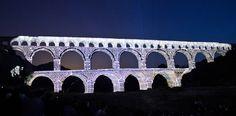 Pour assister à ces nuits À LA BELLE ÉTOILE, les meilleures places sont sur la plage en rive droite du Pont du Gard. Photo : F. Ferfer