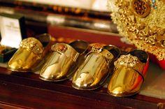 El Niño Jesús de la Virgen de los Reyes tiene cinco pares de zapatos de oro, uno de los cuales usa en la procesión del 15 de agosto.