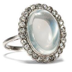Himmelslichter - Luxuriöser Platin-Ring mit Mondstein & Diamanten, um 1915 von Hofer Antikschmuck aus Berlin // #hoferantikschmuck #antik #schmuck #antique #jewellery #jewelry // www.hofer-antikschmuck.de