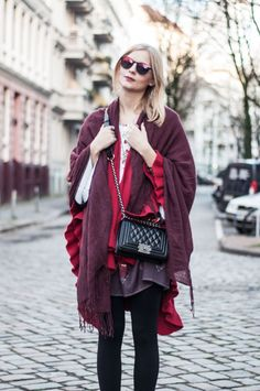 Autumn Hippie Style: Festival Look boho, red cape, burgundy scarf, boho dress with pattern, boy bag, Polaroid glasses sunglasses, indian summer - Hamburg, Streetstyle, Outfit, Blogger