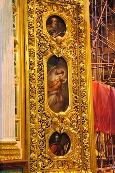 Detalhes ornamentais da Catedral de Santo Isaac em São Petersburgo, Rússia. Adornam a catedral quase 400 obras entre esculturas, pinturas e mosaicos. Para dourar a cúpula de 21,8 m de diâmetro, empregaram-se cerca de 100 kg de ouro.  Fotografia: Dennis Jarvis no Flickr.