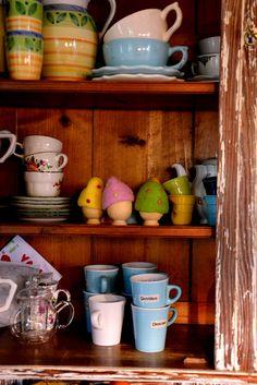 porta uova e tazze in cucina