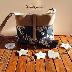 Sac trapèze et son porte monnaie assorti,sac bandoulière, sac à main,simili cuir marron et tissu façon jean bleu et imprimé fleurs écru