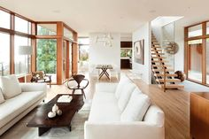 Sala de estar e jantar integradas e grandes. Mistura de tons de madeira e branco deixam o ambiente acolhedor . Council Crest House by Bohlin Cywinski Jackson