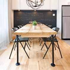 Create an open kitchen on the living room - My Romodel Barn Kitchen, Kitchen Chairs, Fabrication Table, Table Plancha, Table Palette, Diner Table, Fire Pit Table And Chairs, Home Remodeling Diy, Accent Chairs For Living Room