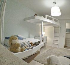 Helsinkiläiseen kaksioon saatiin lisää lattiatilaa, kun poikien huoneen kerrossänky poistettiin ja tilalle rakennettin viihtyisä parvi. Puolapuut, persoonalliset muodot ja pyöreä tolppa toivat leikkisyyttä tähän lastenhuoneeseen. #parvi #lastenhuone #pojat #poikienhuone Toddler Bed, Furniture, Home Decor, Heel, Child Bed, Decoration Home, Room Decor, Home Furnishings, Home Interior Design