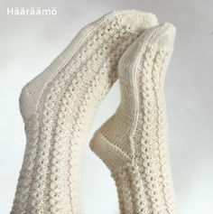 lace cable pattern for woolen socks + the instruction w/ clear pics (text in Finnish) Lace Socks, Knit Mittens, Crochet Slippers, Knitted Gloves, Knitting Socks, Crochet Border Patterns, Woolen Socks, Sexy Socks, Diy Scarf