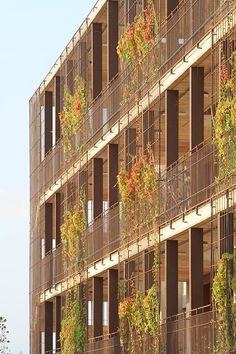 Detalle fachada. 80 viviendas de protección oficial en Salou por Toni Gironès. Fotografía © Toni Gironès. Señala encima de la imagen para ve...
