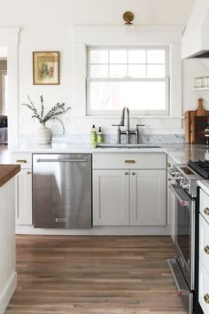 9 Loving Clever Tips: Split Level Kitchen Remodel Stones country kitchen remodel farmhouse style.Old Kitchen Remodel small split level kitchen remodel. Small Kitchen Cabinets, Ikea Kitchen, Kitchen Decor, Kitchen Ideas, Brass Kitchen, Kitchen Counters, 1970s Kitchen, Narrow Kitchen, Kitchen Hardware