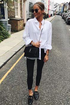 Mode femme printemps tenue classe : pantalon slim noir, chemise blanche, mules Gucci et sac YSL