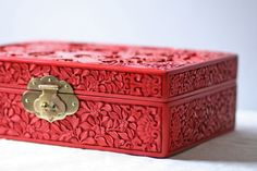 I am in love with this box ♥ From : http://www.etsy.com/listing/70199868/large-vintage-lacquered-cinnabar-carved