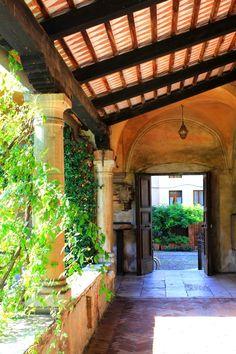Sbirciando sul sagrato di S. Francesco (piazza Garibaldi) dal chiostro del Museo civico.