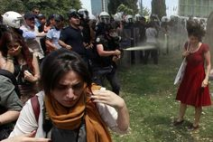 """La """"femme en rouge"""", égérie de la révolte turque. La photo d'une femme aspergée de gaz lacrymogène illustre la violence policière"""