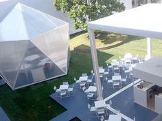 Terraza, blanco, vacaciones. Mobiliario metálico medidas especiales www.fustaiferro.com #restaurante #hotel #bar #interiorismo #terraza