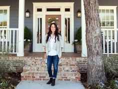 Ideas Exterior Brick House Colors Chip And Joanna Gaines Exterior Paint Colors For House, Paint Colors For Home, Paint Colours, Craftsman Bungalow Exterior, Farmhouse Exterior Colors, Craftsman Front Porches, Farmhouse Front Porches, Craftsman Bungalows, Chip E Joanna Gaines