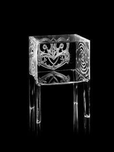 Kartell et le monde de l'art fusionnent à travers la collaboration nouée avec George Nuku, artiste néo-zélandais de culture maorie travaillant la pierre, l