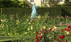 The statue of Caroline Amalie is standing at the back of the rosegarden surrounded by beautiful flowers. Copyright: Rosenborg Castle / Rosenborg Slot