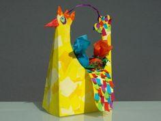 Créez avec votre enfant un magnifique petit panier de Pâques pour ramasser les oeufs en chocolat ! Trop facile avec le gabarit de C-MonEtiquette ! Fun Arts And Crafts, Diy And Crafts, Paper Crafts, Easter Crafts For Kids, Preschool Crafts, Rooster Art, Basket Crafts, Spring Crafts, Art For Kids