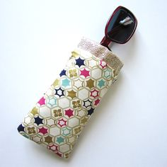 For your beautiful eyes, sew a custom glasses case! The case has a flex frame closure, is lined and can be sewn in various styles depending on your choice of printed fabrics. Free Glasses, Beautiful Eyes, Printing On Fabric, Eyeglasses, Sunglasses Case, Sewing Patterns, Purses, Knitting, Bag