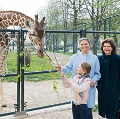 The Royal Children: Swedish RF: Princess Estelle with Princess Victoria and Queen Silvia at the Schönbrunn Zoo in Vienna Princess Charlene, Princess Eugenie, Crown Princess Victoria, Monaco Royal Family, Danish Royal Family, Schönbrunn Zoo, Tiergarten Schönbrunn, Prinz Carl Philip, Spanish Riding School