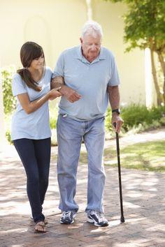 지팡이를 짚고 걷고 있는 노인