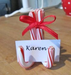 Simple candy cane place card holders for your Christmas table or to use on a buffet to name each food. Noel Christmas, Winter Christmas, All Things Christmas, Christmas Candy, Christmas Parties, Christmas Wedding, Christmas Ideas, Christmas Place Cards, Christmas Name Tags