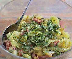 lardons fumés, oignon, salade, pomme de terre, vinaigre de vin, Poivre, Sel
