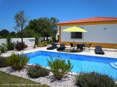 5 bedroom villa with pool in Caldas da Raínha, Silver Coast, Portugal - Detached villa with ground floor and basement on a plot with 1.300 sqm. Located about 15 minutes from the beach at Foz do Arelho and Lisbon airport is an hour drive. - http://www.portugalbestproperties.com/component/option,com_iproperty/Itemid,8/id,1026/view,property/#