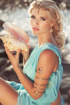 Afrodyta - bogini miłości, piękna, kwiatów, pożądania i płodności…
