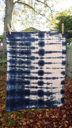 Shibori Geschirrtuch - Fabric Crafts No Sew Shibori Fabric, Shibori Tie Dye, Fabric Art, Fabric Crafts, Shibori Techniques, Japanese Textiles, Fabric Manipulation, How To Dye Fabric, Silk Painting