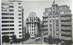 """La Piața Rosetti în a doua jumătate a anilor '30.  Blocul modernist din stânga este astăzi ceva mai gri. La parterul clădirii din mijloc funcționa restaurantul """"La Petrică"""".  fotografie găsită pe delcampe.net. Bucharest Romania, Modernism, Old Pictures, Time Travel, Buildings, Memories, Cousins, Memoirs, Modern Architecture"""