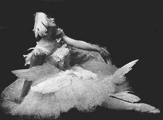 Anna Pavlova in Fokine's The Dying Swan circa 1913-1915. #dancefashion