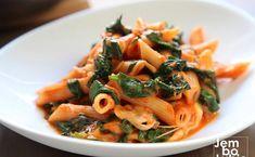 Prosty i spektakularny sposób na szybki makaron: penne ze szpinakiem i mozzarellą Penne, Japchae, Mozzarella, Spaghetti, Ethnic Recipes, Impreza, Food, Per Diem, Meals